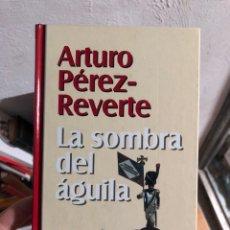 Libros: ARTURO PÉREZ REVERTE EN LA SOMBRA DEL ÁGUILA. Lote 260680430