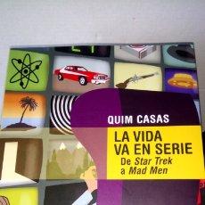 Libros: LIBRO LA VIDA VA EN SERIE. QUIM CASAS. EDITORIAL LAROUSSE. AÑO 2015.. Lote 192037285