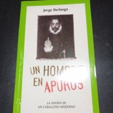 Libros: UN HOMBRE EN APUROS . JORGE BERLANGA . LA ODISEA DE UN CABALLERO MODERNO. Lote 256063235