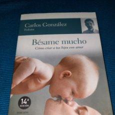 Libros: BÉSAME MUCHO, COMO CRIAR A TUS HIJOS CON AMOR. CARLOS GONZÁLEZ, PEDIATRA.. Lote 283476408