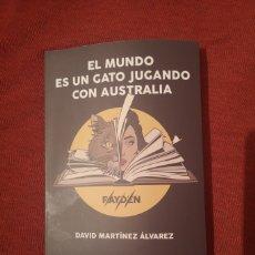 Libros: LIQUIDACIÓN TOTAL LIBRO RAYDEN EL MUNDO ES UN GATO JUGANDO CON AUSTRALIA, A3BANDAS. Lote 174489265