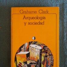 Libros de segunda mano: ARQUEOLOGIA Y SOCIEDAD / GRAHAME CLARK / AKAL / 1ª EDICIÓN 1980. Lote 93761525