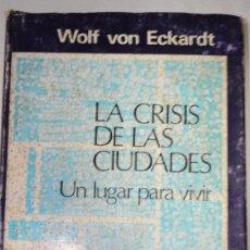 Libros de segunda mano: LA CRISIS DE LAS CIUDADES. UN LUGAR PARA VIVIR. WOLF VON ECKARDT RM60151. Lote 34749396