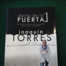 Libros de segunda mano: DETRÁS DE LA PUERTA - VIVENCIAS Y CONSEJOS DEL ARQUITECTO QUE DA ALMA A LAS CASAS- JOAQUIN TORRES. Lote 132329937
