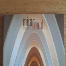 Libros de segunda mano: MIRAR GAUDÍ / DANIEL GIRALT-MIRACLE I RAMON MANENT / EDI. LUNWERG / 2002. Lote 144931758