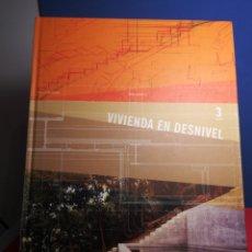 Libros de segunda mano: VIVIENDA EN DESNIVEL/ARQUITECTURA CONTEMPORÁNEA VOL. 3/ED.PENCIL,2006. Lote 177686927