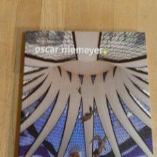 Libros de segunda mano: OSCAR NIEMEYER - MERCEDES PELÁEZ - COLECCIÓN ARQUITECTOS PRITZKER. Lote 235052030