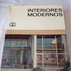 Libros de segunda mano: INTERIORES MODERNOS CG. Lote 254917595