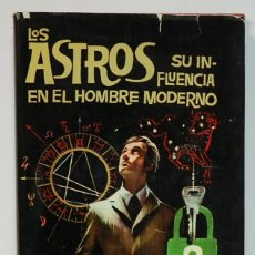 Libros de segunda mano: LOS ASTROS SU INFLUENCIA EN EL HOMBRE MODERNO EDICIONES PETRONIO 1974.. Lote 295853838