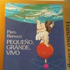 Libros de segunda mano: PEQUEÑO, GRANDE, VIVO. HISTORIA DE LOS QUARKS Y DE LAS GALAXIAS, DE LOS HOMBRES Y OTROS ANIMALES.. Lote 210962972