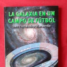 Libros de segunda mano: LA GALAXIA EN UN CAMPO DE FÚTBOL. JUAN FERNÁNDEZ MACARRÓN. EQUIPO SIRIUS 2009. Lote 229739615