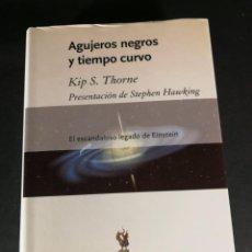 Libros de segunda mano: AGUJEROS NEGROS Y TIEMPO CURVO KIP S. THORNE STEPHEN HAWKING EL ESCANDALOSO LEGADO DE EINSTEIN. Lote 245765950