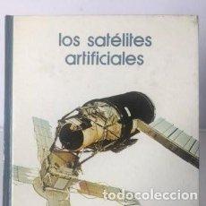 Libros de segunda mano: LIBROS ASTRONOMÍA Y ESPACIO. LOS SATELITES ARTIFICIALES. Lote 246085110