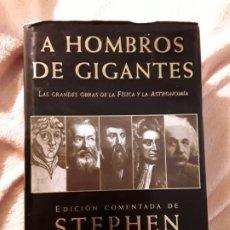Libros de segunda mano: A HOMBROS DE GIGANTES. ED. COMENTADA POR STEPHEN HAWKING. CRÍTICA. FÍSICA.. Lote 256002955