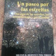 Libros de segunda mano: UN PASEO POR LAS ESTRELLAS (UNA GUÍA DE LAS ESTRELLAS, LAS CONSTELACIONES Y SUS LEYENDAS). Lote 262357455