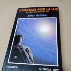 Libros de segunda mano: CEGADOS POR LA LUZ.LA VIDA SECRETA DEL SOL, JOHN GRIBBIN. Lote 288464588