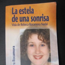 Libros de segunda mano: LA ESTELA DE UNA SONRISA. VIDA DE REBECA ROCAMORA NADAL. LAURA ROCAMORA. CIUDAD NUEVA. Lote 152472376