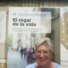 Libros de segunda mano: EL REGAL DE LA VIDA. SETANTA-SET ANYS DE COMPROMÍS D'UNA MONJA ENTRE DOS SEGLES - M. VICTÒRIA MOLINS. Lote 179192618
