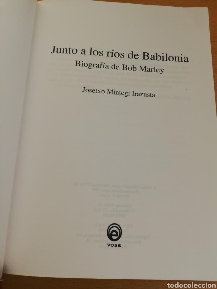 Libros de segunda mano: JUNTO A LOS RÍOS DE BABILONIA. BIOGRAFÍA DE BOB MARLEY (JOSETXO MINTEGI IRAZUSTA) - Foto 2 - 195340908