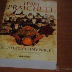 Libros de segunda mano: C62 FANTASIA TERRY PRATCHETT EL ATLETICO INVISIBLE TAPA BLANDA DEBOLSILLO. Lote 45771809
