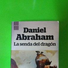 Libros de segunda mano: LA SENDA DEL DRAGÓN POR DANIEL ABRAHAM EN RÚSTICA DE RBA. Lote 56946370