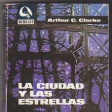 Libros de segunda mano: NEBULAE Nº 131. LA CIUDAD Y LAS ESTRELLAS POR ARTHUR C. CLARKE.. Lote 176192210