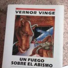 Libros de segunda mano: UN FUEGO SOBRE EL ABISMO, DE VERNOR VINGE. NOVA, ABRIL 1994 (PRIMERA EDICIÓN).. Lote 66780282
