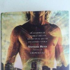 Libros de segunda mano: CASSANDRA CLARE - CAZADORES DE SOMBRAS. 2 CIUDAD DE CENIZA. Lote 89356720