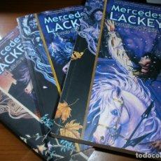 Libros de segunda mano: LAS FLECHAS DE LA REINA, EL VUELO DE LA FLECHA, LA CAÍDA DE LA FLECHA - MERCEDES LACKEY - TRILOGIA.. Lote 57406140