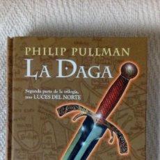 Libros de segunda mano: LA MATERIA OSCURA (LUCES DEL NORTE) 2. LA DAGA - PHILIP PULLMAN. Lote 104865223