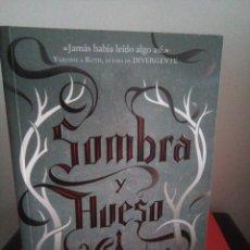 Libros de segunda mano: SOMBRA Y HUESO - LEIGH BARDUGO - EDITORIAL HIDRA 2013 - BUEN ESTADO. Lote 110093183