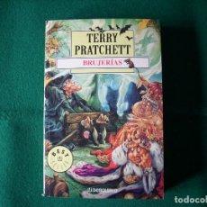 Libros de segunda mano: BRUJERÍAS- TERRY PRATCHETT - DEBOLSILLO - AÑO 2003. Lote 112761687
