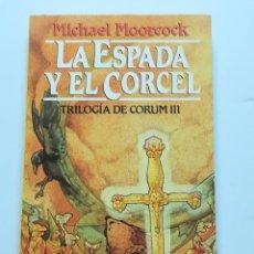Libros de segunda mano: LA ESPADA Y EL CORCEL TRILOGÍA DE CORUM III MICHAEL MOORCOCK MARTÍNEZ ROCA. Lote 113303403