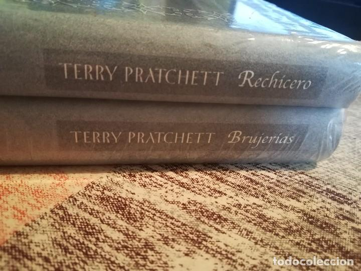 BRUJERÍAS + RECHICERO - TERRY PRATCHETT - LOS DOS JUNTOS PRECINTADOS DE EDITORIAL (Libros de Segunda Mano (posteriores a 1936) - Literatura - Narrativa - Ciencia Ficción y Fantasía)
