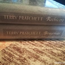 Libros de segunda mano: BRUJERÍAS + RECHICERO - TERRY PRATCHETT - LOS DOS JUNTOS PRECINTADOS DE EDITORIAL. Lote 117067987
