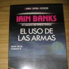 Libros de segunda mano: EL USO DE LAS ARMAS - SERIE DE LA CULTURA /3 (IAIN BANKS) MARTÍNEZ ROCA GRAN SUPER FICCIÓN. Lote 120158079