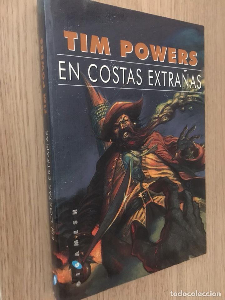 TIM POWERS EN COSTAS EXTRAÑAS. 1ª EDICIÓN. 2001. GIGAMESH. (Libros de Segunda Mano (posteriores a 1936) - Literatura - Narrativa - Ciencia Ficción y Fantasía)