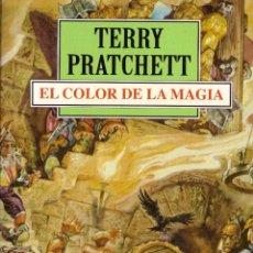 Libros de segunda mano: NOVELA EL COLOR DE LA MAGIA - TERRY PRATCHETT; DEBOLSILLO. Lote 121193139