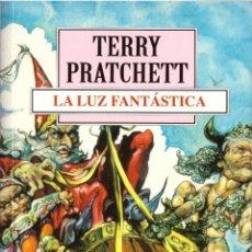 Libros de segunda mano: NOVELA LA LUZ FANTASTICA - TERRY PRATCHETT; DEBOLSILLO. Lote 121193147