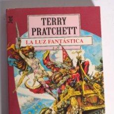 Libros de segunda mano: LA LUZ FANTÁSTICA DE TERRY PRATCHETT. PLAZA Y JANÉS. 1998. Lote 124632319