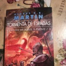 Libros de segunda mano: TORMENTA DE ESPADAS II. CANCIÓN DE HIELO Y FUEGO 3 - GEORGE R.R. MARTIN. Lote 126482887