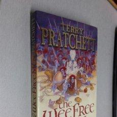 Libros de segunda mano: THE WEE FREE MEN (LOS PEQUEÑOS HOMBRES LIBRES) / TERRY PRATCHETT / TORO MÍTICO 1ª EDICIÓN 2008. Lote 130965256