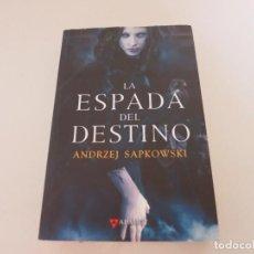 Libros de segunda mano: LA ESPADA DEL DESTINO ANDREZJ SAPKOWSKI EDITORIAL ALAMUT GERALT DE RIVIA. Lote 132784586