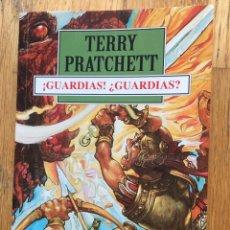 Libros de segunda mano: GUARDIAS, GUARDIAS, TERRY PRATCHETT. Lote 222078332