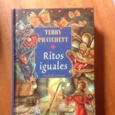 Libros de segunda mano: RITOS IGUALES, TERRY PRATCHETT, CIRCULO, BARCELONA 1998. Lote 138999260