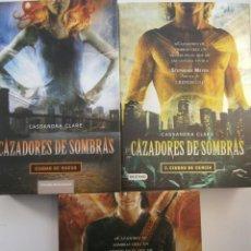 Libros de segunda mano: CAZADORES DE SOMBRAS CIUDAD DE HUESO DE CENIZA DE CRISTAL CASSANDRA CLARE 3 TOMOS. Lote 145196930
