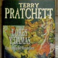 Libros de segunda mano: TERRY PRATCHET. LORES Y DAMAS. PLAZA Y JANÉS. 1ª EDICIÓN, JULIO 2002. TAPA DE CARTULINA CON SOLAPA.. Lote 148441570