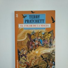 Libros de segunda mano: EL COLOR DE LA MAGIA. - PRATCHETT, TERRY. JET DEBOLSILLO. TDK362. Lote 151070086