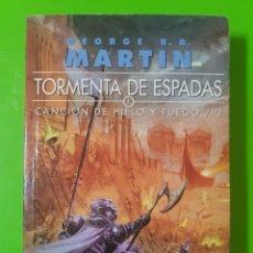 Libros de segunda mano: TORMENTA DE ESPADAS 1 2 Y 3 POR GEORGE R.R. MARTIN (JUEGO DE TRONOS) EN RÚSTICA. Lote 206385272