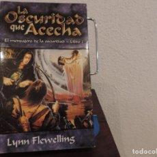 Libros de segunda mano: LA OSCURIDAD QUE ACECHA. EL MENSAJERO DE LA OSCURIDAD LIBRO 2 (LYNN FLEWELLING) LA FACTORÍA DE IDEAS. Lote 160997098